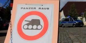 Kriegsgegner protestieren am Truppenübungsplatz Altmark