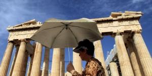 Touristin vor Parthenon auf der Akropolis in Athen
