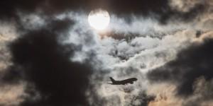 Flugzeug am Frankfurter Morgenhimmel